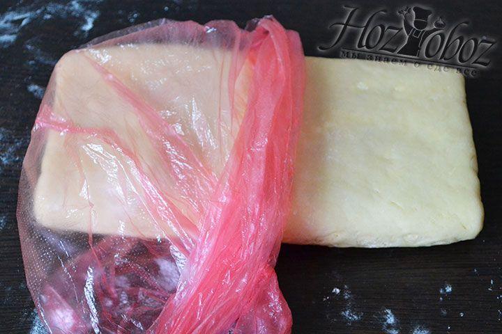 Теперь помещаем тесто для круассанов в пакет и кладем в холодильник примерно на 1 час или на 30 минут в морозильную камеру