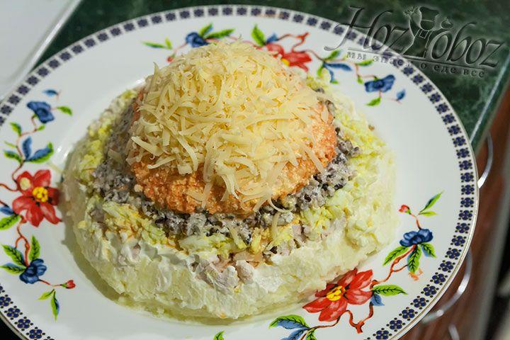 Сверху на салат выкладываем натертый твердый сыр