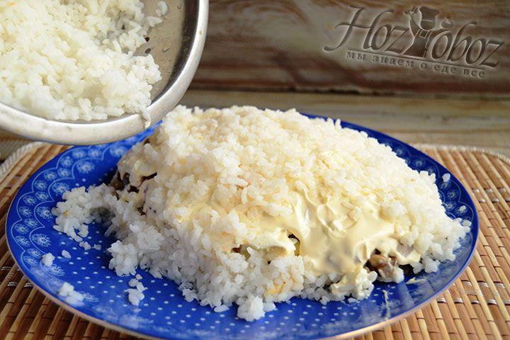 Теперь поверхность салата покрываем вареным рисом