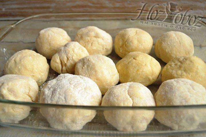 Для выпекания кладем булочки на противень слегка смазанный растительным маслом