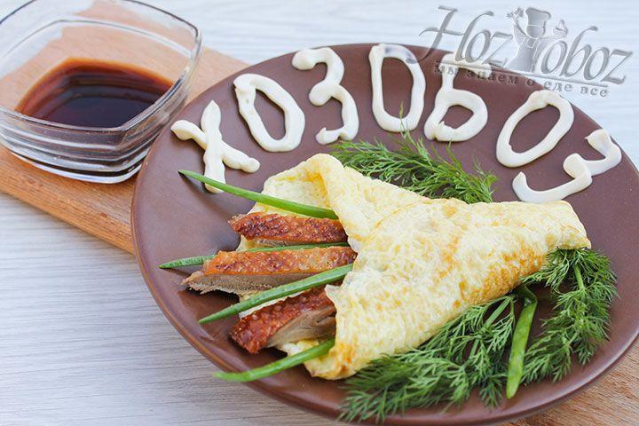 Помойте и нарежьте зеленый лук, уложите на блинчик кусочки утки, посыпьте луком и заверните края блина с обеих сторон. Подаем утку с укропом и соевым соусом. Приятного всем аппетита