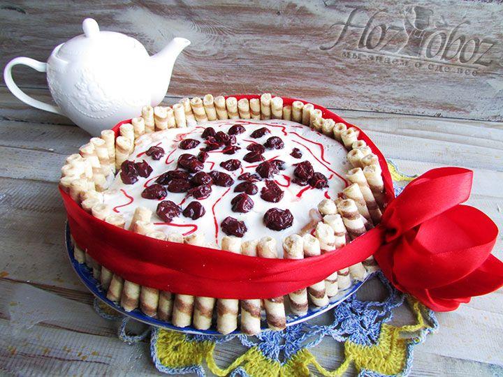 При желании можно украсить торт сладкими цветными карандашами и к столу