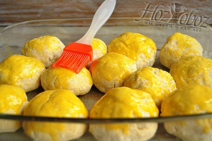 Для смазывания пирожков используем взбитый яичный желток