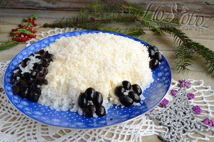 Нарезанные маслины помещаем так чтобы они визуально формировали голову, ноги и хвост овцы. А теперь все - пора к столу!