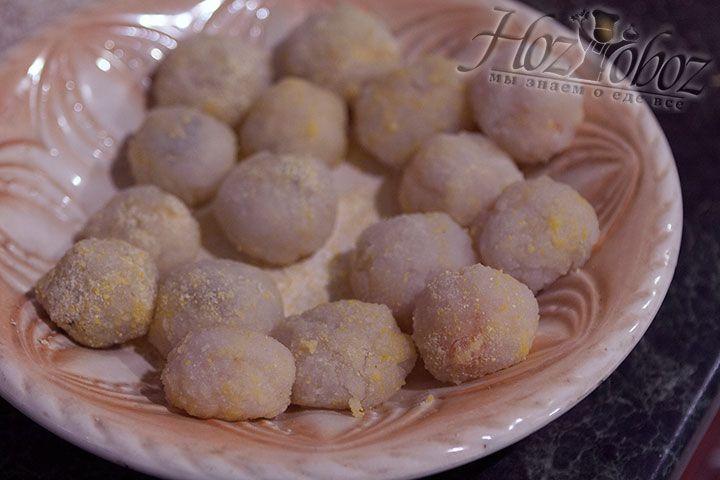 Готовые десерты помещаем на блюдо посыпанное кукурузной мукой