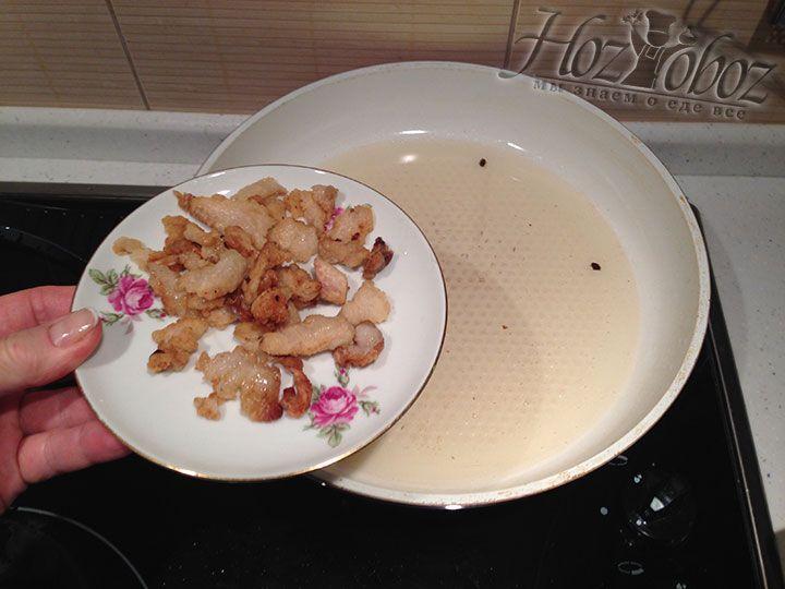 Вынимаем из сковороды сухие остатки сала