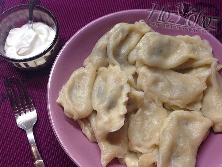 Слегка остывшие варенкии сразу подаем на стол со сметаной или любым понравившимся соусом