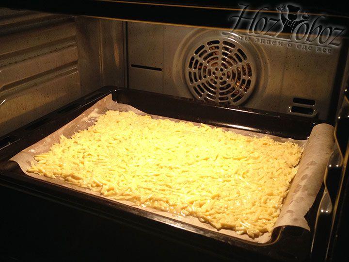 Чтобы тесто слегка прихватилось, помещаем его в духовой шкаф разогретый до температуры 180 градусов примерно на 15 минут