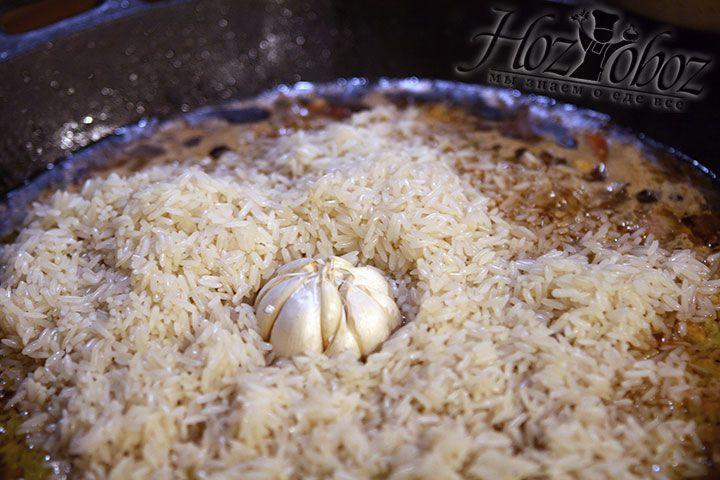 В рис помещаем зачищенные головки чеснока
