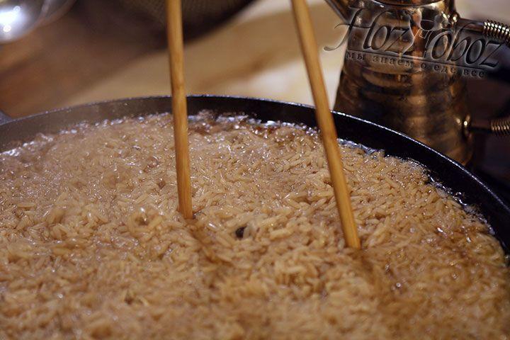 Когда на поверхности воды не останется, выпарим ее изнутри. Для этой цели в рисе необходимо сделать углубления с помощью ножа или деревянной палочки