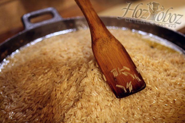 Через несколько минут после этого формируем из риса купол сгребая его к центру с помощью лопатки
