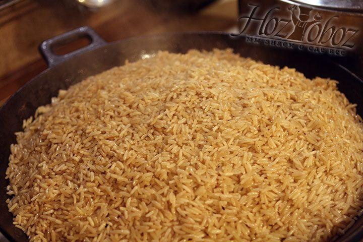 Теперь сверху накроем плов полотенцем, которое возьмет на себя лишнюю влагу и убавив огонь, накроем плов крышкой. Готовый рис переворачиваем на блюдо вверх тормашками: сверху окажется мясо и овощи, а снизу рис