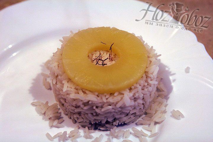 В серединку ананаса помещаем шафран
