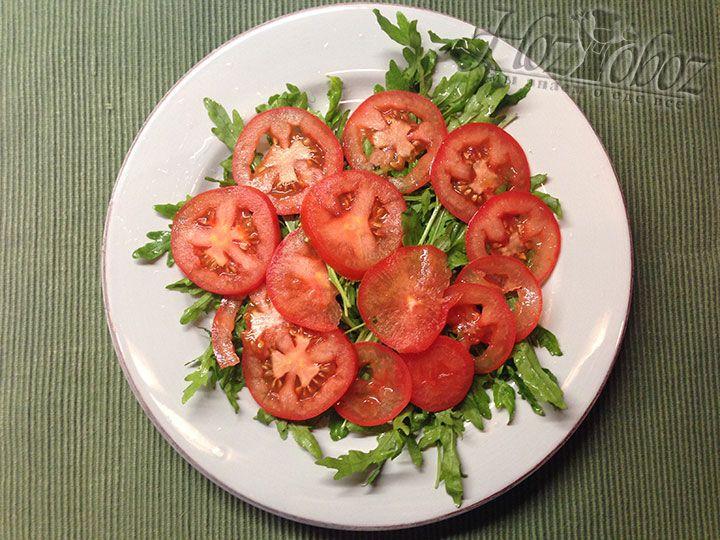 Поверх салата помещаем нарезанный слайсами помидор