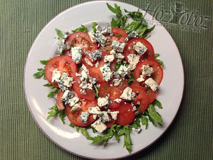 Сыр с голубой плесенью разделяем на крупные кусочки и выкладываем в качестве следующего слоя