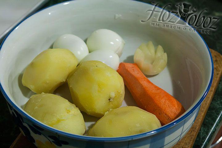 Тем временем очищаем от кожуры картошку, яйца, морковь и лук