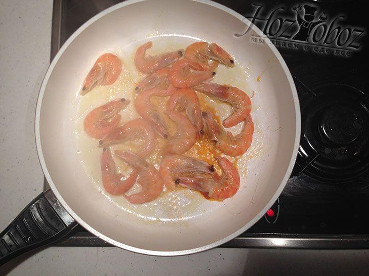 На оливковом масле слегка обжариваем креветки с добавлением специальных специй