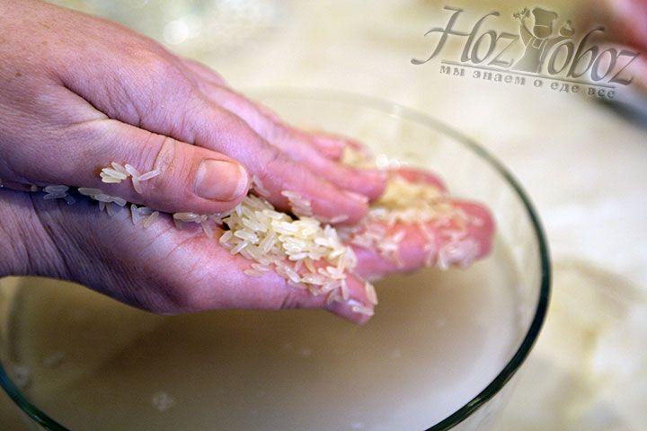 Чтоб избавится от лишней муки в зернах следует хорошенько перетереть рис между пальцами