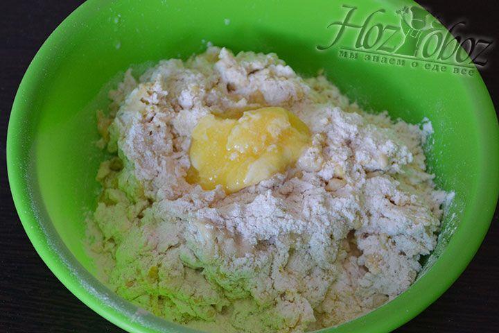 Приступаем к замешиванию теста и вводим в него яичные желтки и сливочное масло