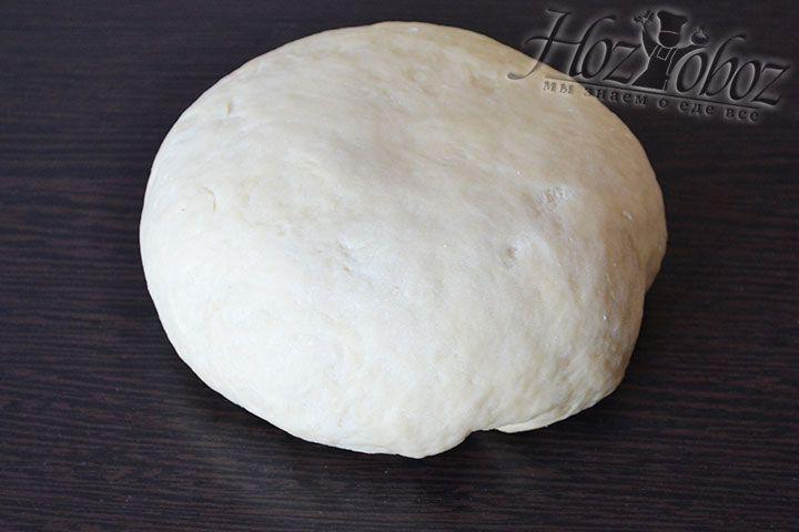 Хорошенько вымешиваем тесто вручную не менее 10 минут