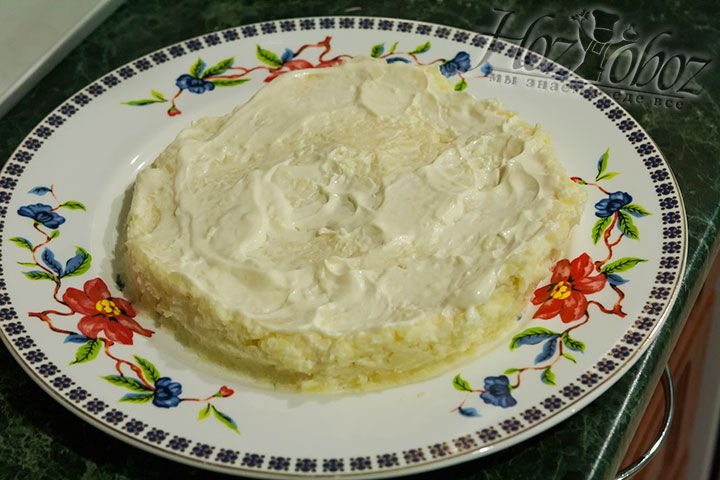 Теперь уже заправленный картофель выложим на блюдо и разровняем слоем