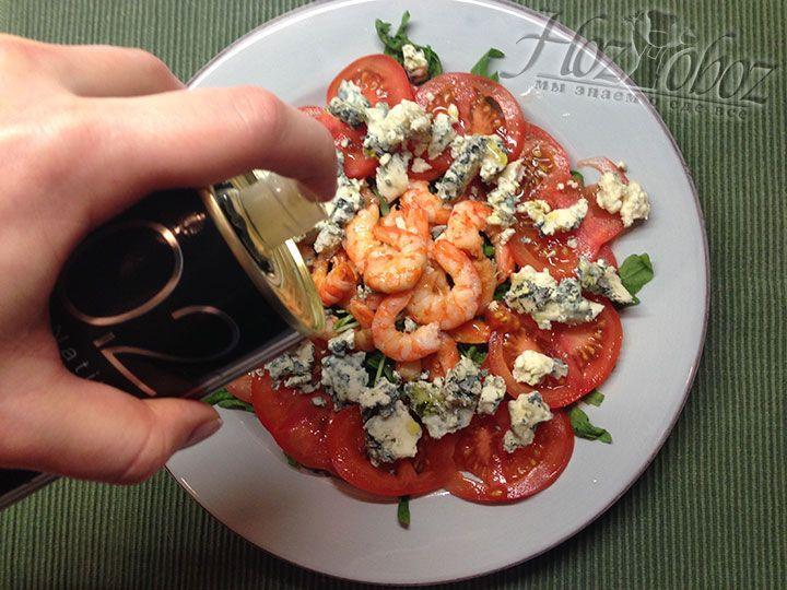 В конце заправляем салат оливковым маслом, перчим и зовем всех к столу. Все готово - пора пробовать!