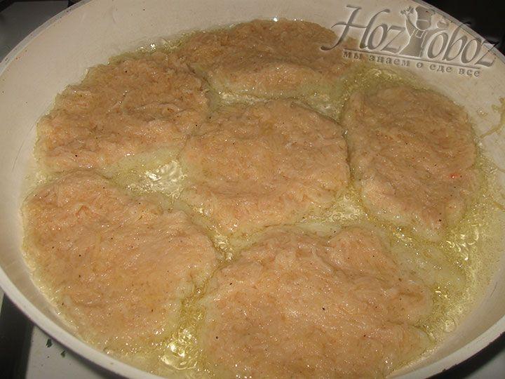 На раскаленную сковороду столовой ложкой выкладываем картофельную массу. Чем тоньше блин, тем более хрустящим он получится!
