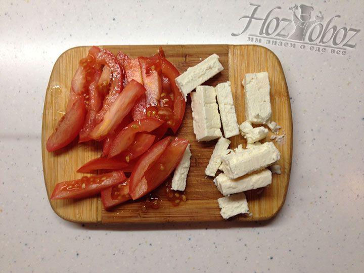 Помидоры и сыр нарезаем крупной соломкой