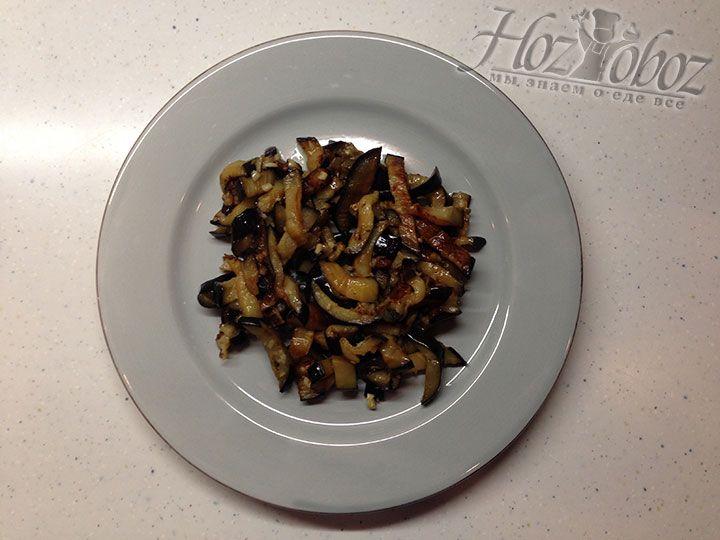 Для оформления салата на дно тарелки в качестве первого слоя выкладываем обжаренные баклажаны