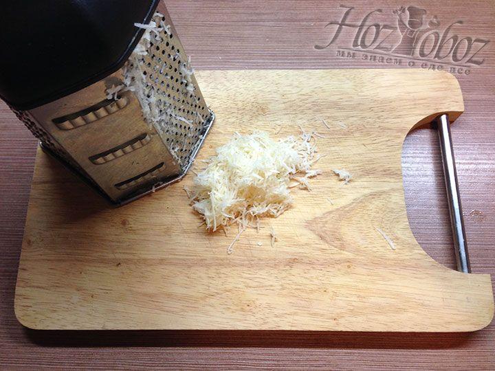 Корень сельдерея очищаем от кожуры и измельчаем с помощью мелкой терки