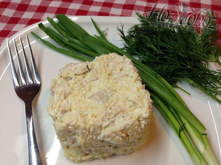 Теперь все составляющие салат следует хорошенько смешать, после чего ему можно придать форму и выложить на тарелки. Для украшения можно использовать свежую зелень и овощи
