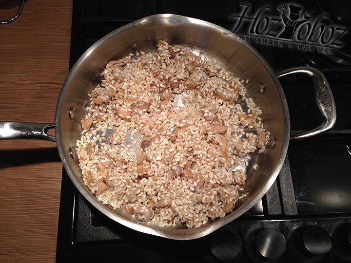 Перемешиваем рис и грибную зажарку и припускаем на оливковом масле несколько минут