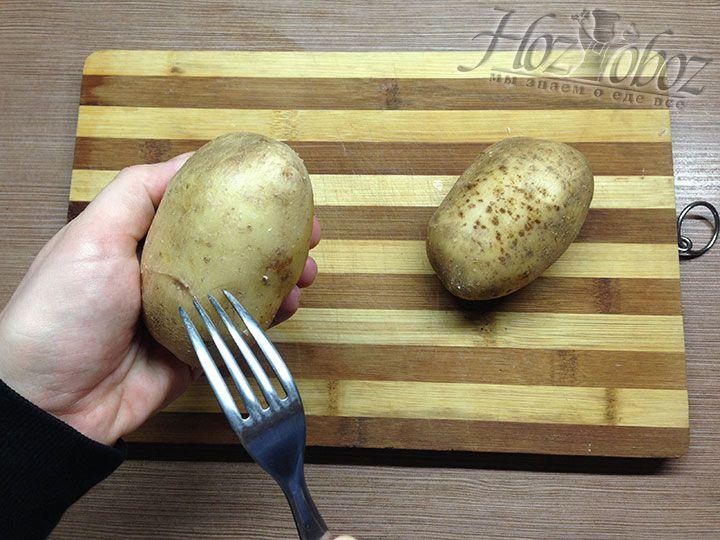Картошку перед запеканием следует хорошенько вымыть с помощью жесткой мочалки и проткнуть вилкой в нескольких местах