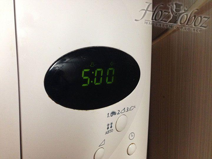 Подготовленные клубни помещаем в микроволновую печь и запекаем с одной стороны 5 минут
