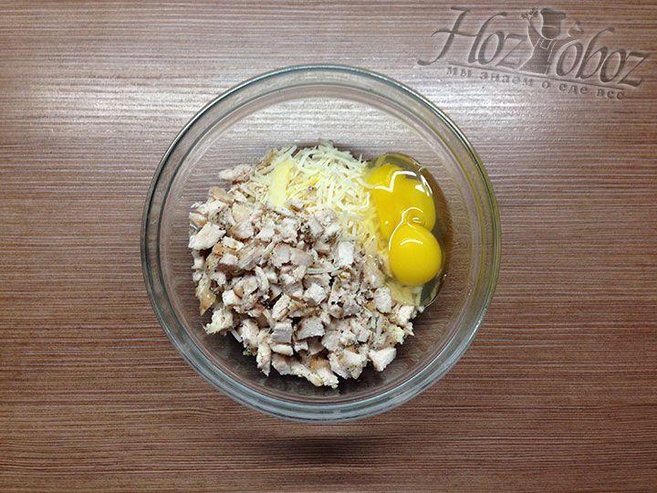 К начинке добавляем куриные яйца