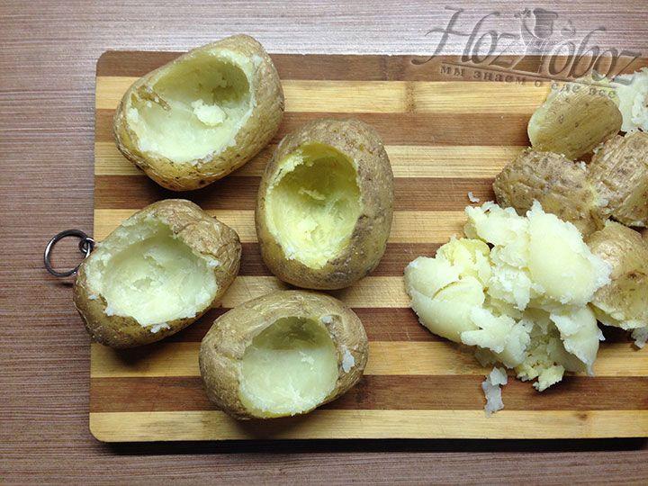 Теперь аккуратно вынимаем из картошки серединку