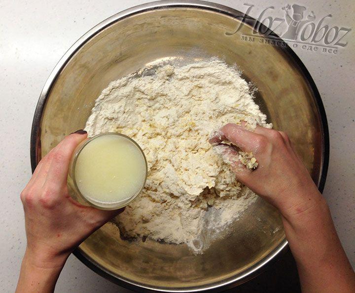 Теперь замешиваем тесто и вливаем оставшуюся сыворотку