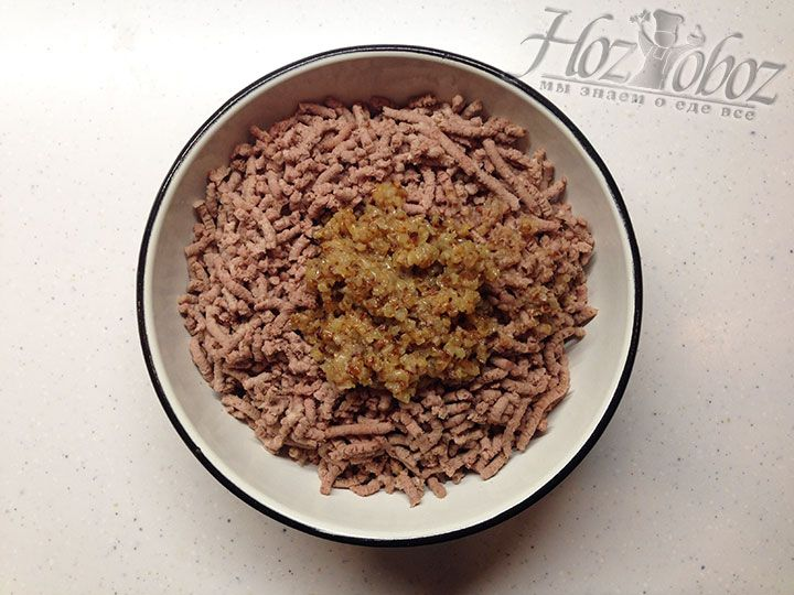 Лук добавляем к мясу в перекрученном виде