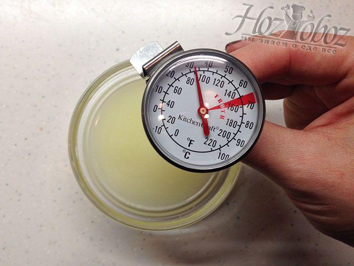 Немного сыворотки нагреваем до температуры 35 градусов