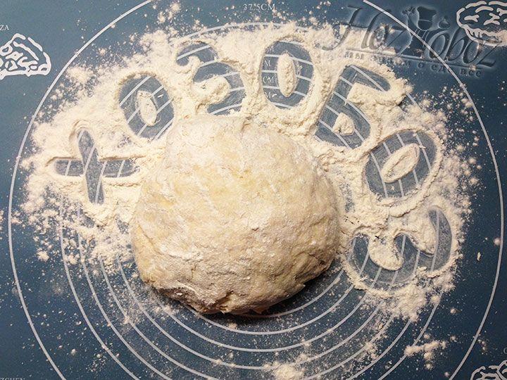 Когда тесто перестанет прилипать к рукам сформируем из него шар и выложим на стол