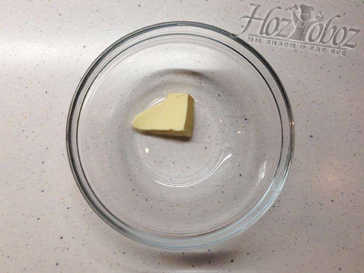 Готовим миску для вареников и помещаем в нее немного сливочного масла