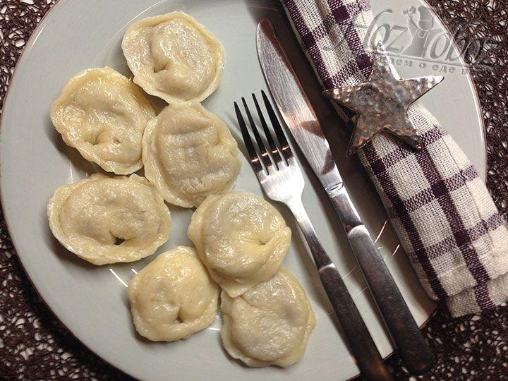 Готовые вареники следует немедленно подать к столу вместе со сметаной и соусами