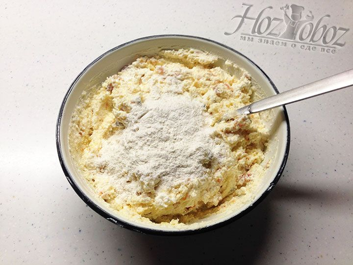 Насыпаем в тесто пшеничную муку