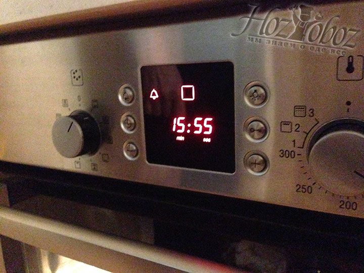 В заключении температура выпекания снижается до 120 градусов - так сырники готовятся еще 15 минут