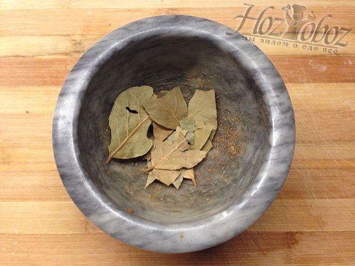 Кладем в сосуд для измельчения или обычную кофемолку несколько лавровых листов