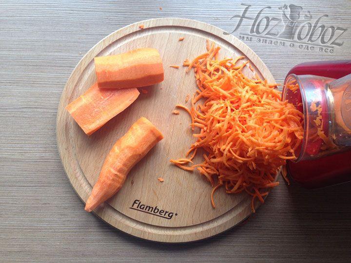 Измельчаем с помощью крупной терки морковку