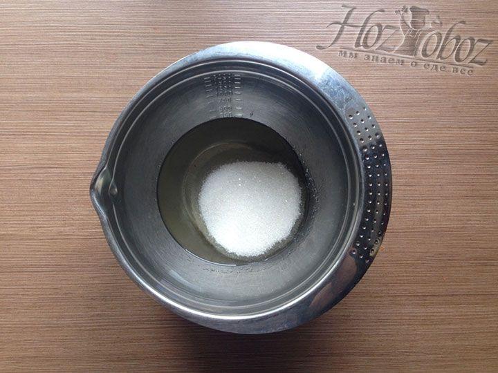 Насыпаем в масло сахар