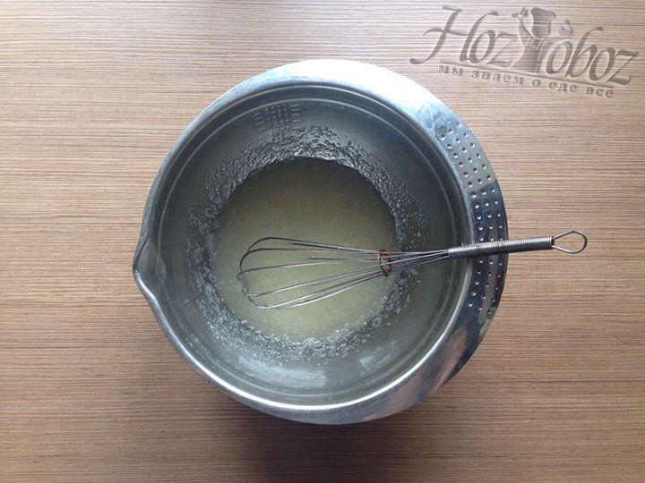 Подсолнечное масло и сахар тщательно смешиваем