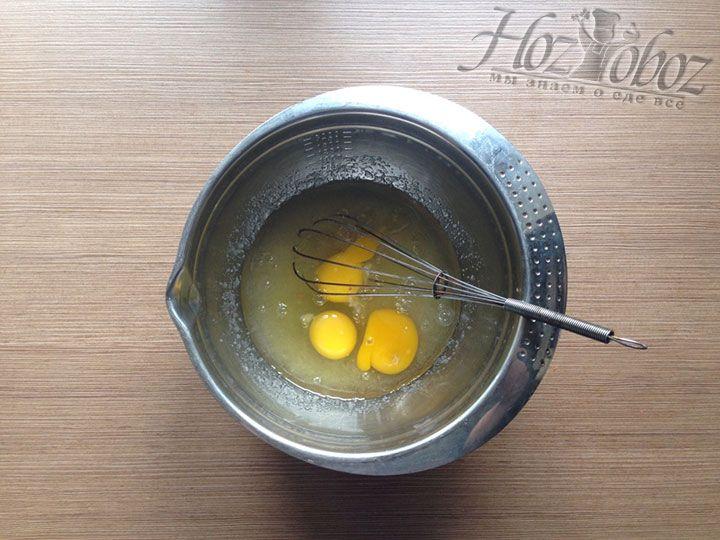 Разбиваем в будущее тесто куриные яйца