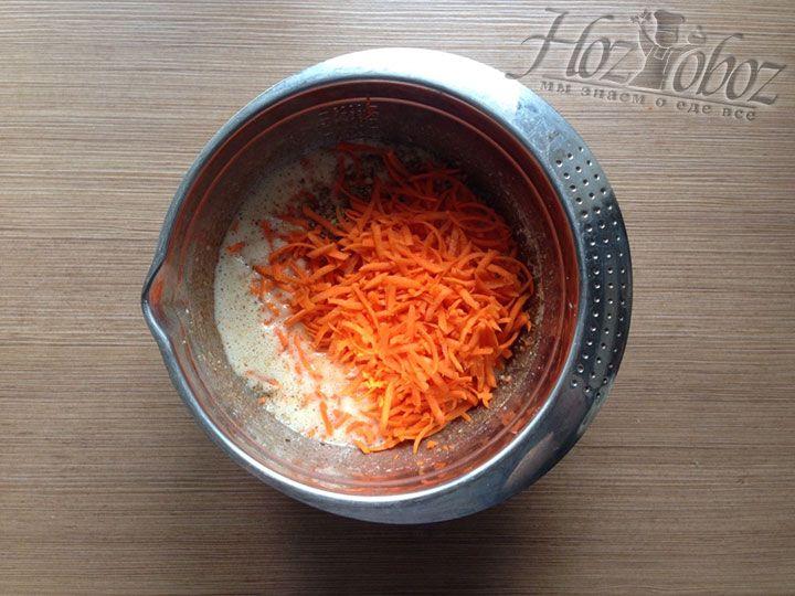 В тесто отправляем натертую морковь